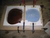 Confection d'un moule en plâtre sur une table de violoncelle